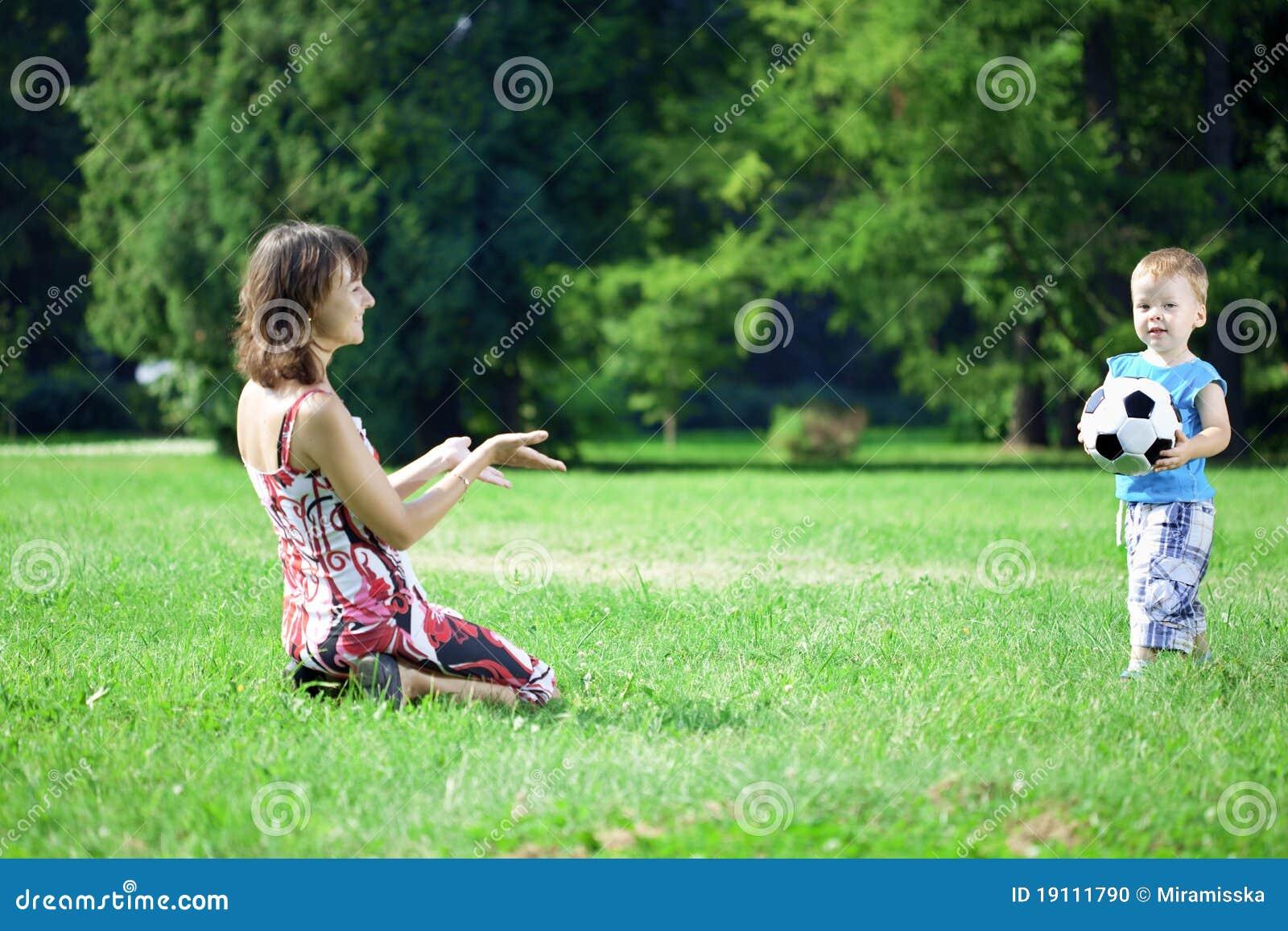 球演奏儿子的母亲公园