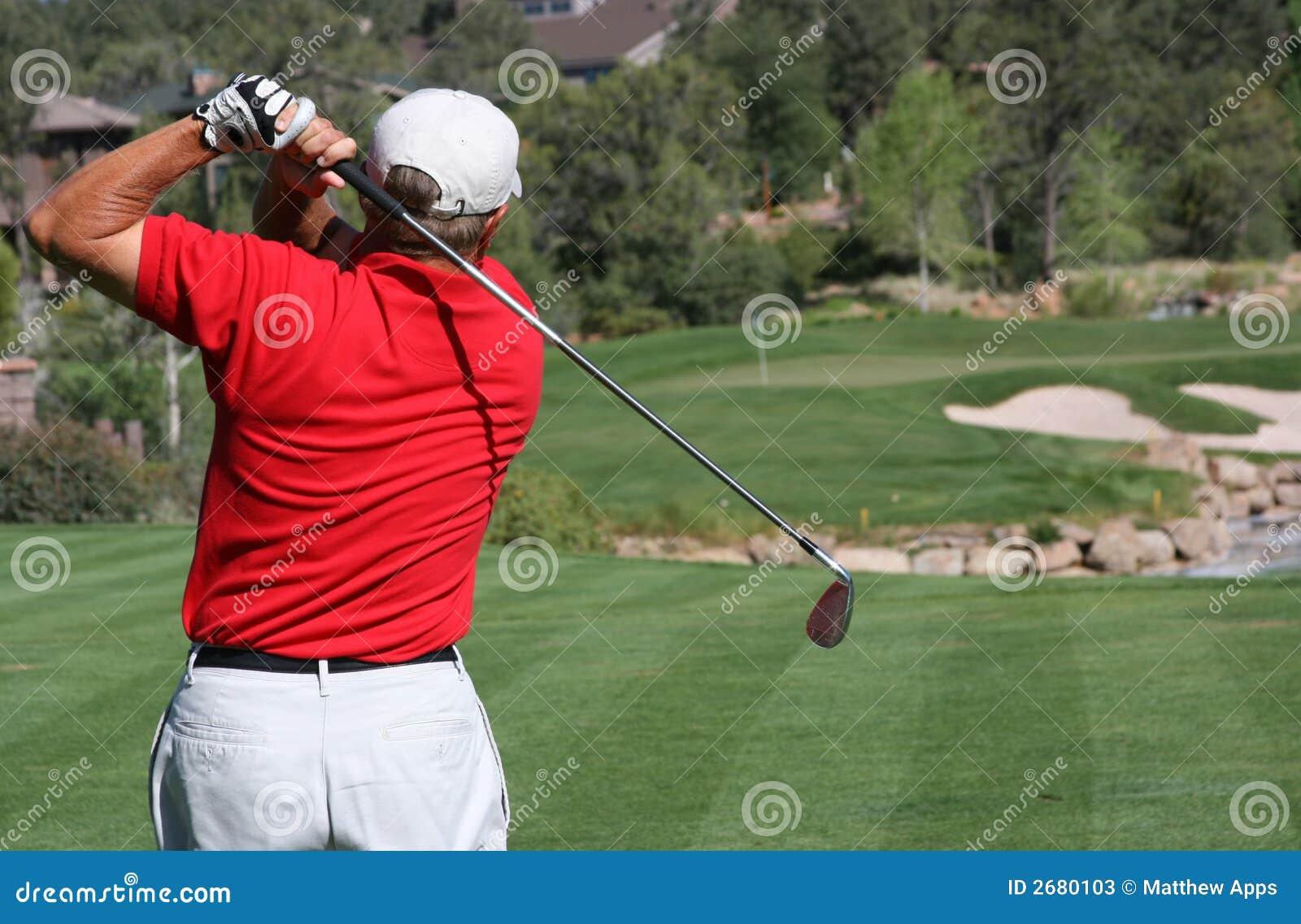 球高尔夫球运动员绿色击中