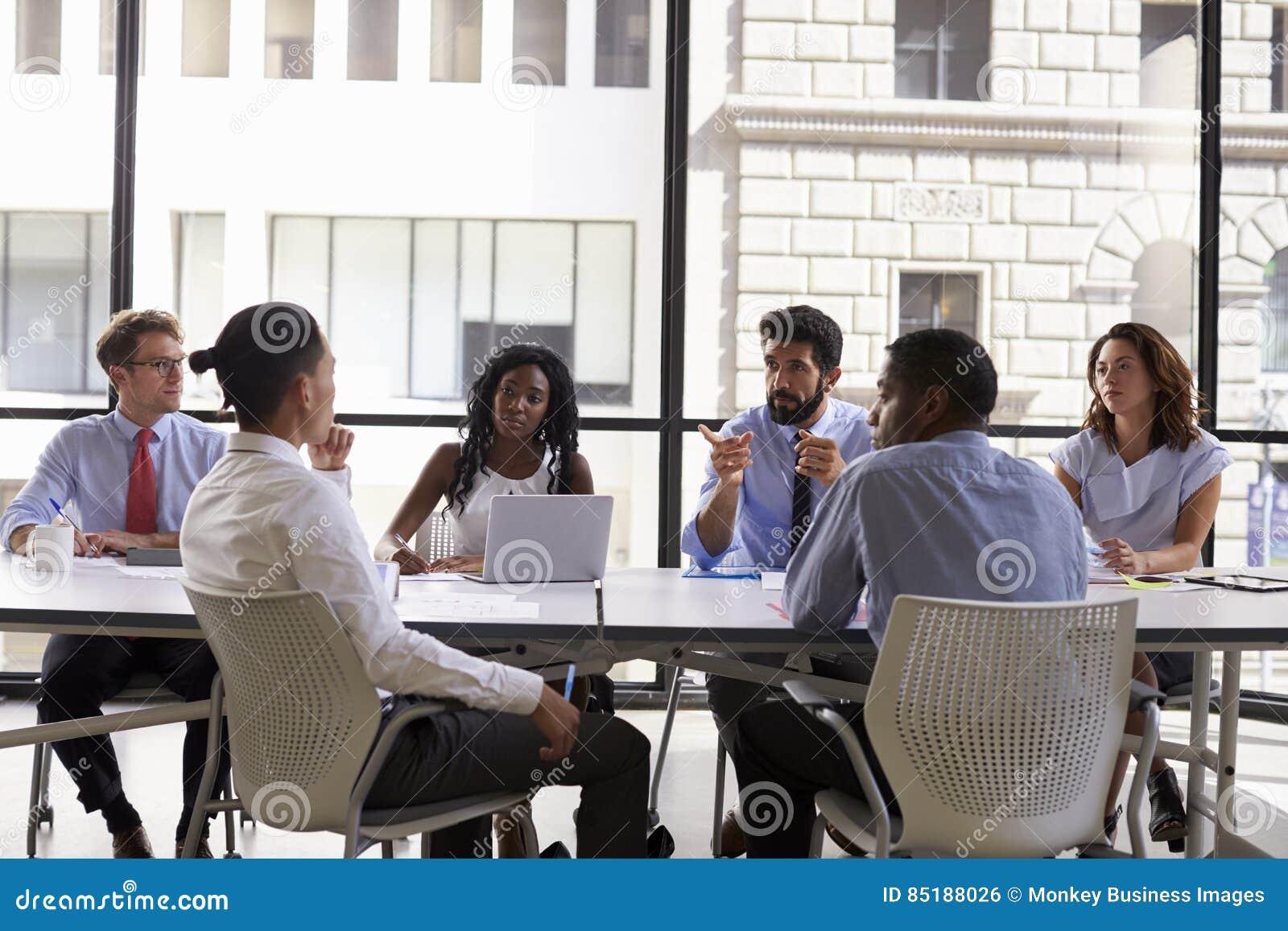 经理与企业同事在会议上,关闭谈话