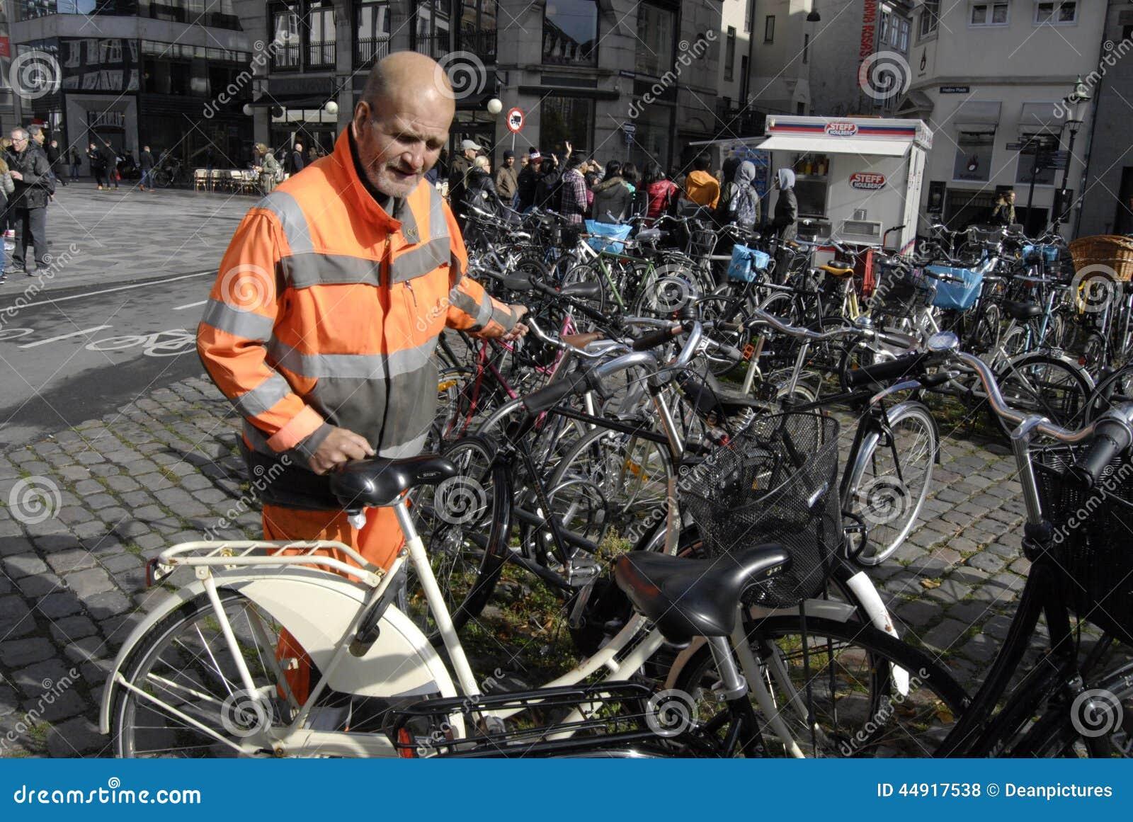 理事会工作者整理骑自行车