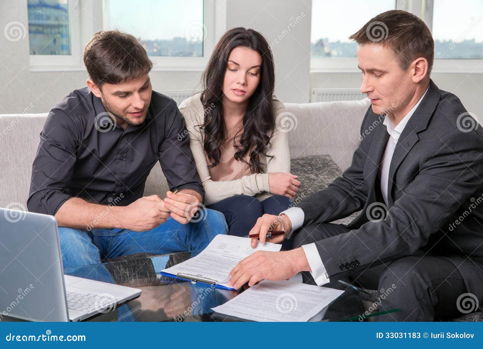 代理劝告夫妇,签署文件