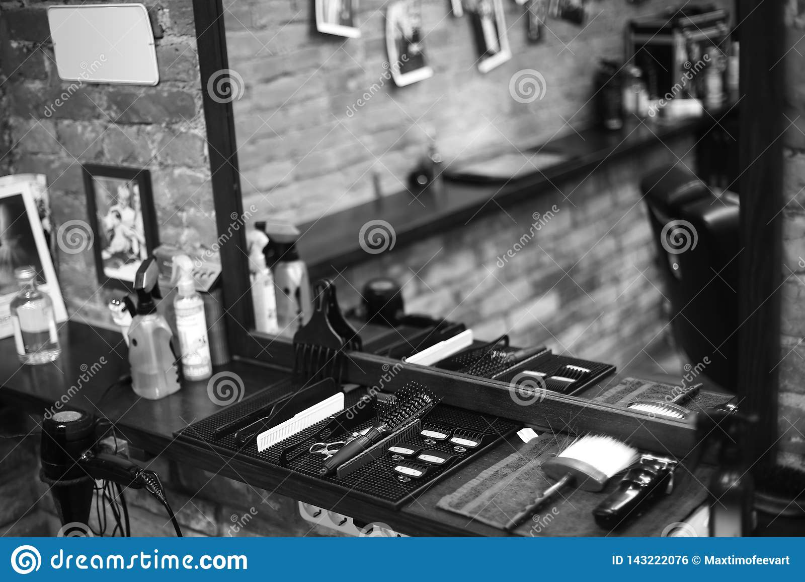 理发师的工作场所 为发型的工具 黑白图象