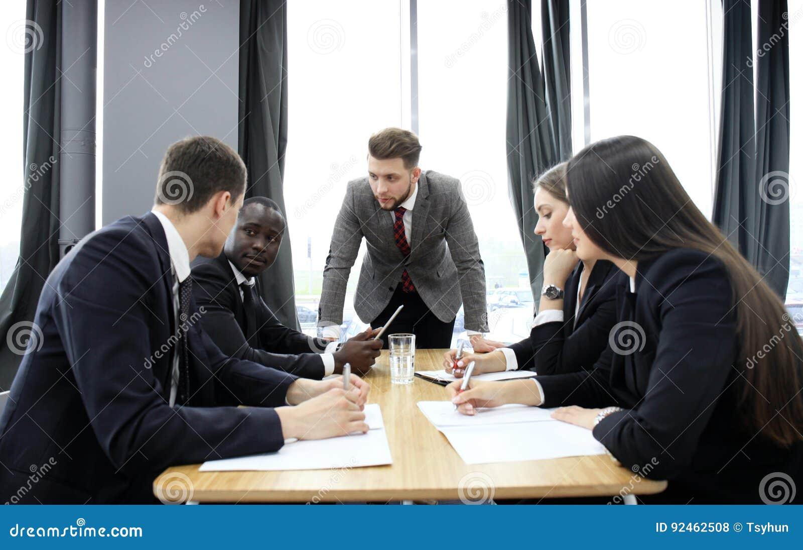 经理叫喊对他的雇员在会议上 公司是在后退