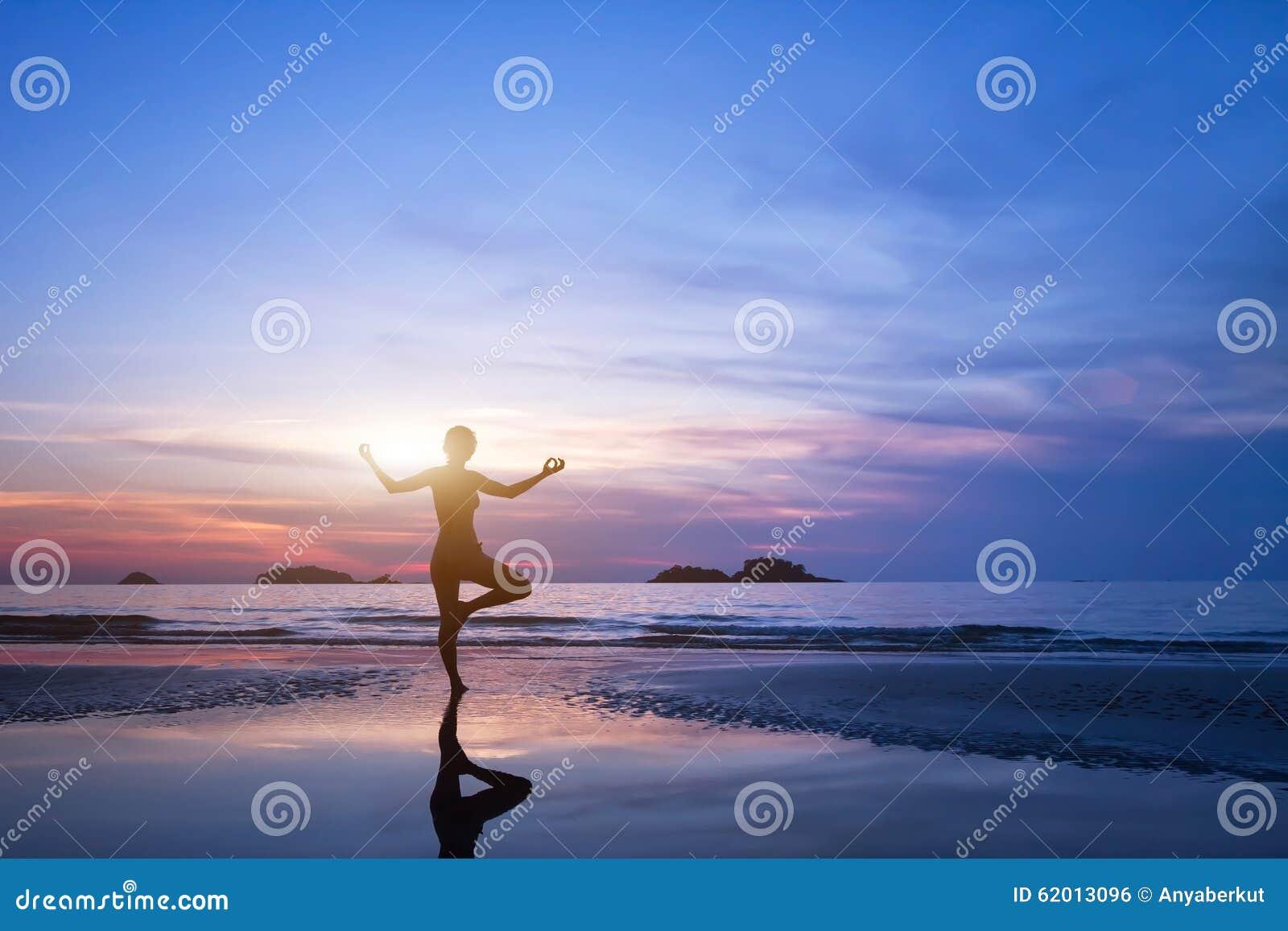 瑜伽,妇女剪影海滩的图片