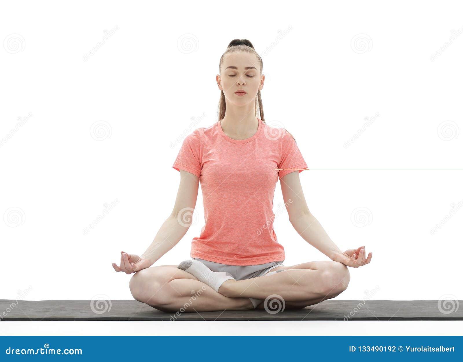 瑜伽 思考和做瑜伽的妇女反对白色背景