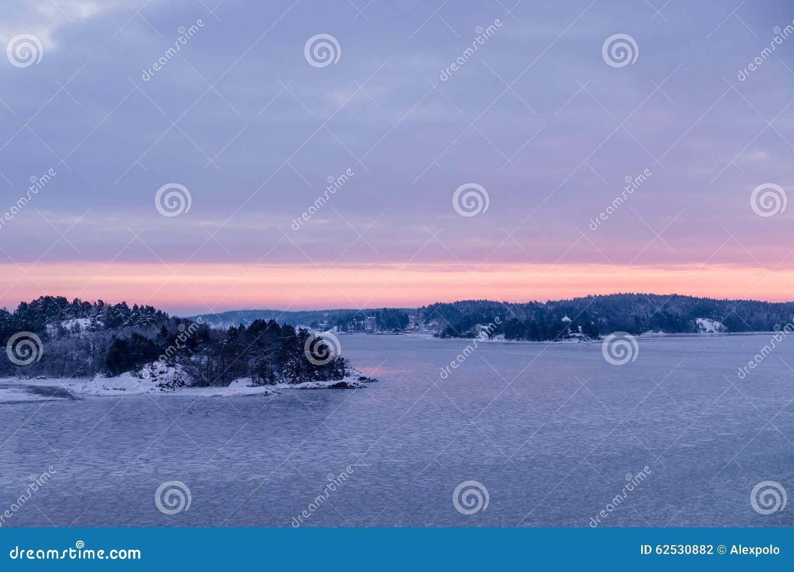 瑞典的礁由冰和雪盖了