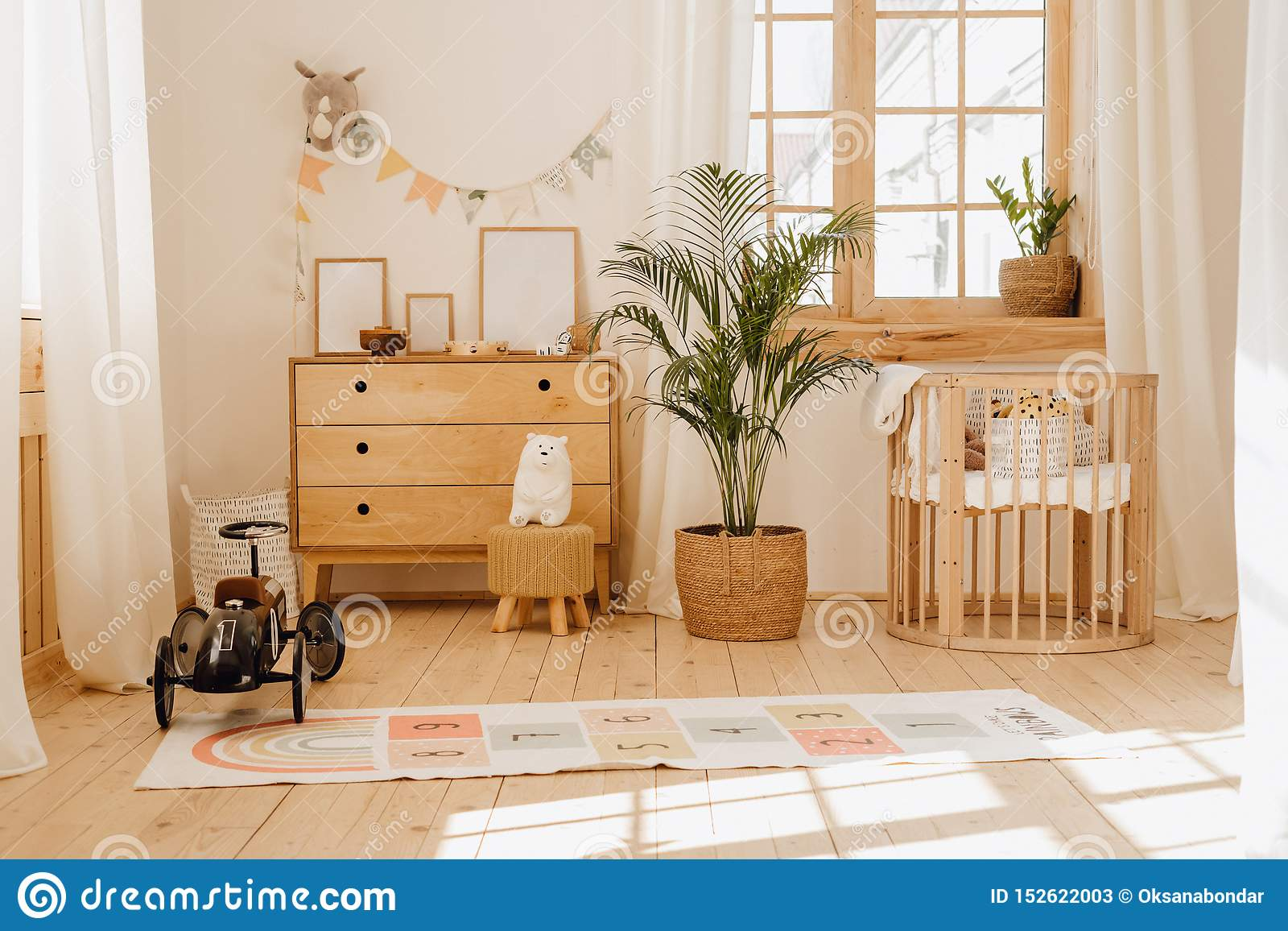 瑞士山中的牧人小屋婴孩卧室内部与舒适摇篮床
