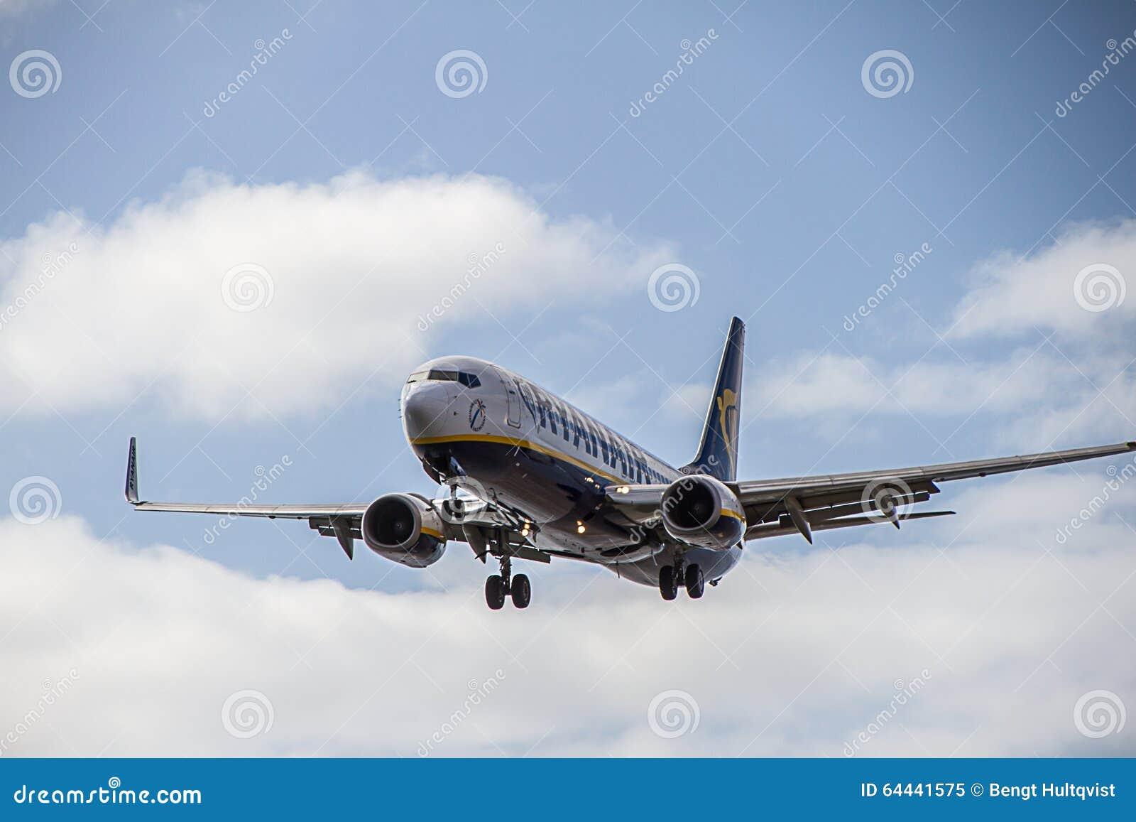 瑞安航空公司飞机在兰萨罗特岛海岛上的波音737-800着陆
