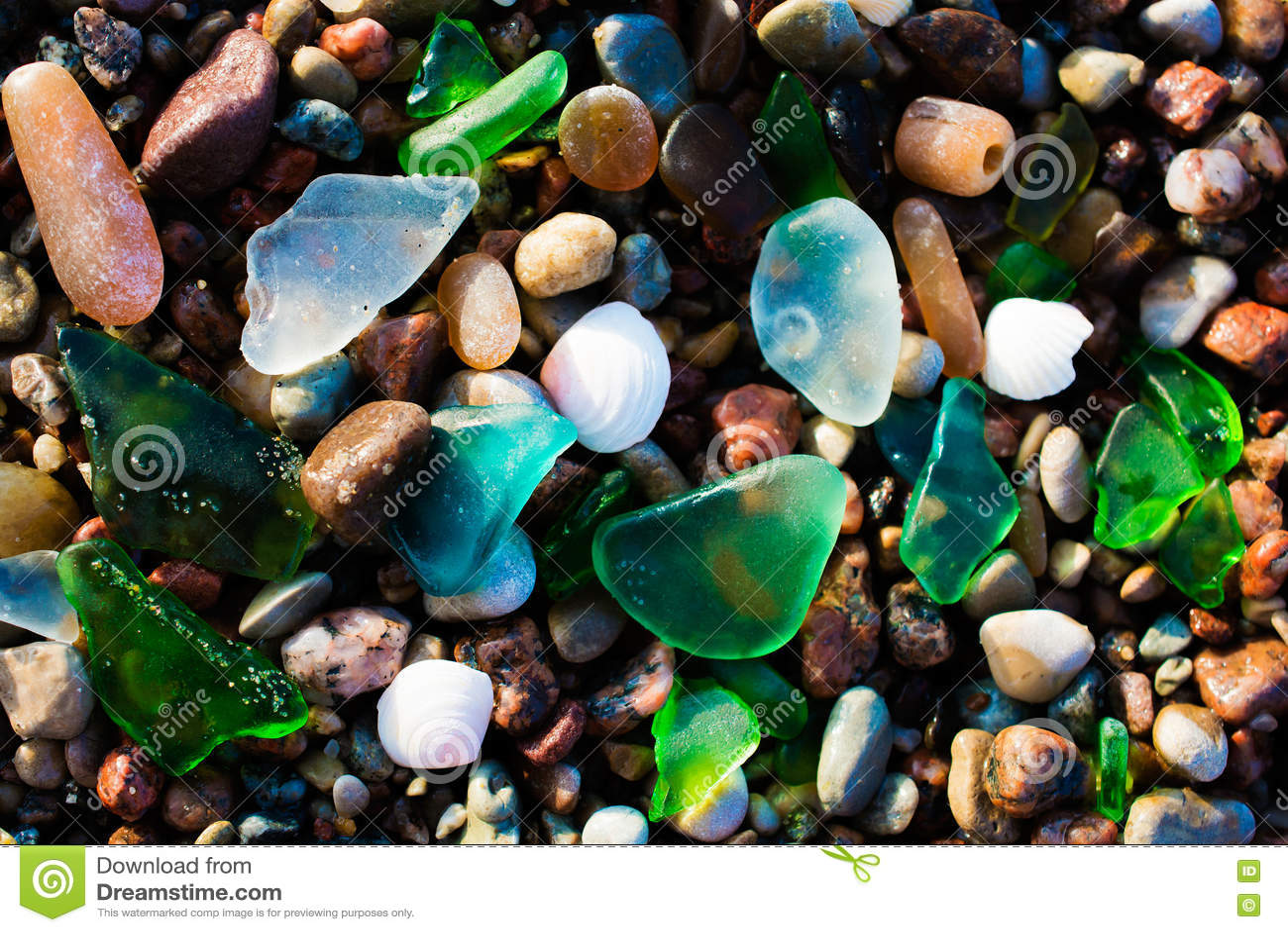 玻璃海滩 与优美的海玻璃的自然纹理