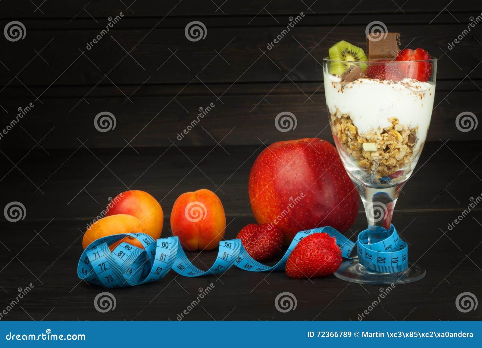 玻璃用酸奶和muesli 运动员的健康膳食补充剂 早餐Muesli和果子的Cheerios