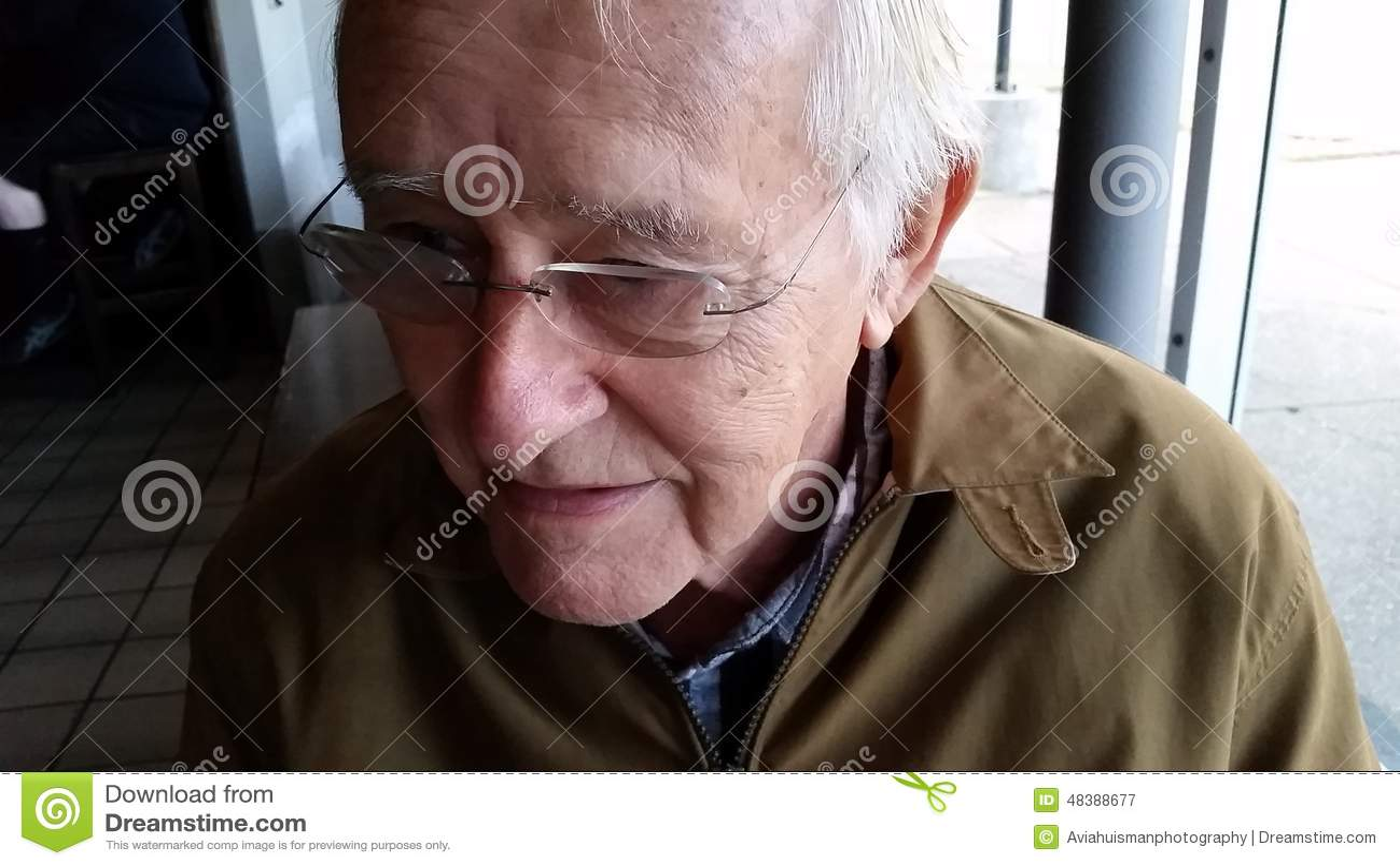 玻璃的愉快的老人