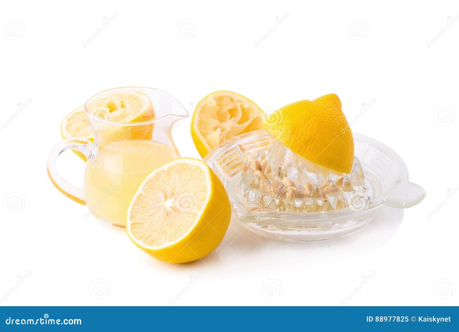 玻璃碗新近地被紧压的柠檬汁、柠檬剥削者和r