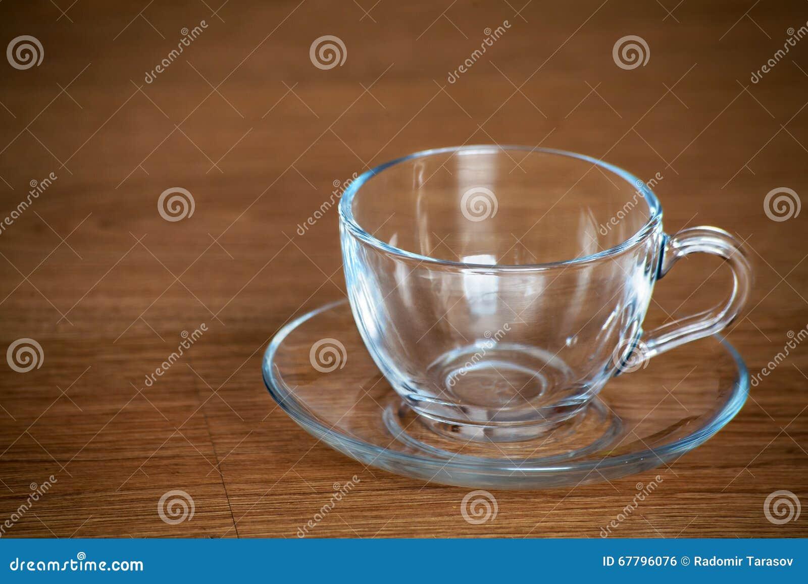 玻璃茶杯在木桌特写镜头.图片