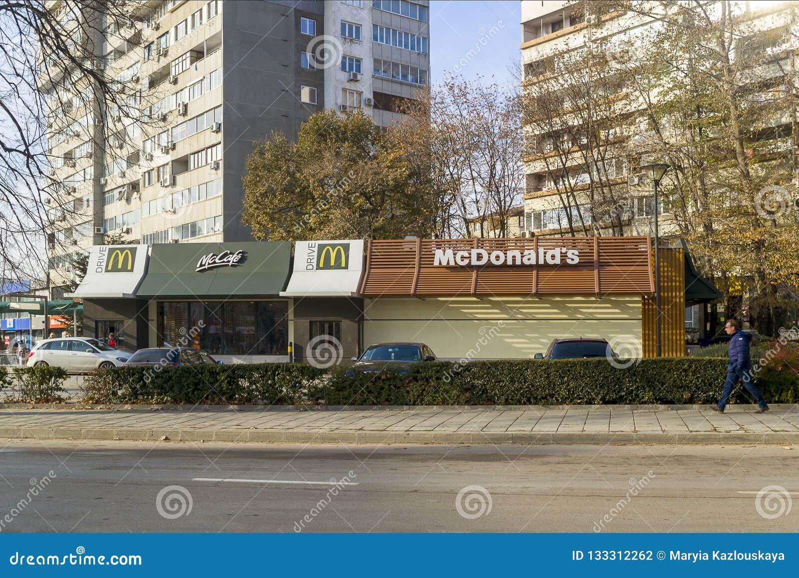 瓦尔纳,保加利亚,2018年12月 麦克唐纳咖啡馆和麦克唐纳驱动的看法在一个晴朗的冬日