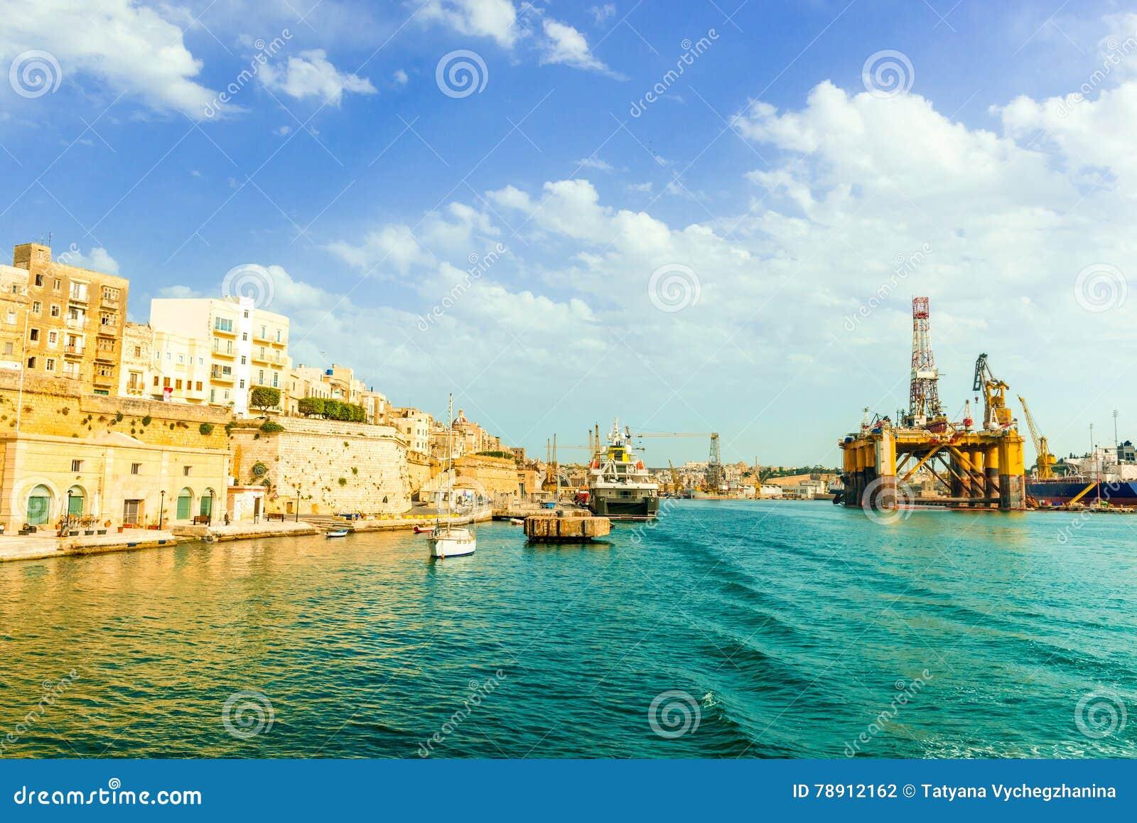 瓦莱塔和油浮动平台看法在马耳他海湾