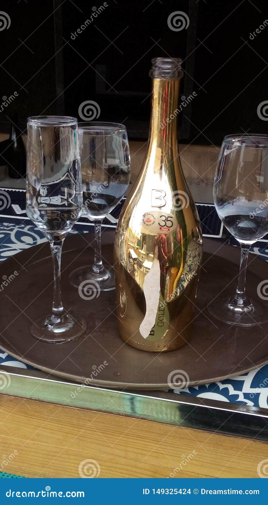 瓶与有的玻璃的香槟对此的水