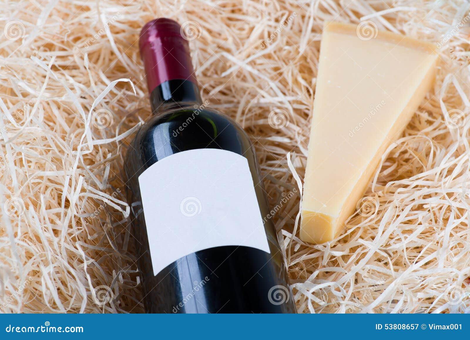 瓶与葡萄酒杯和干酪的极大的酒