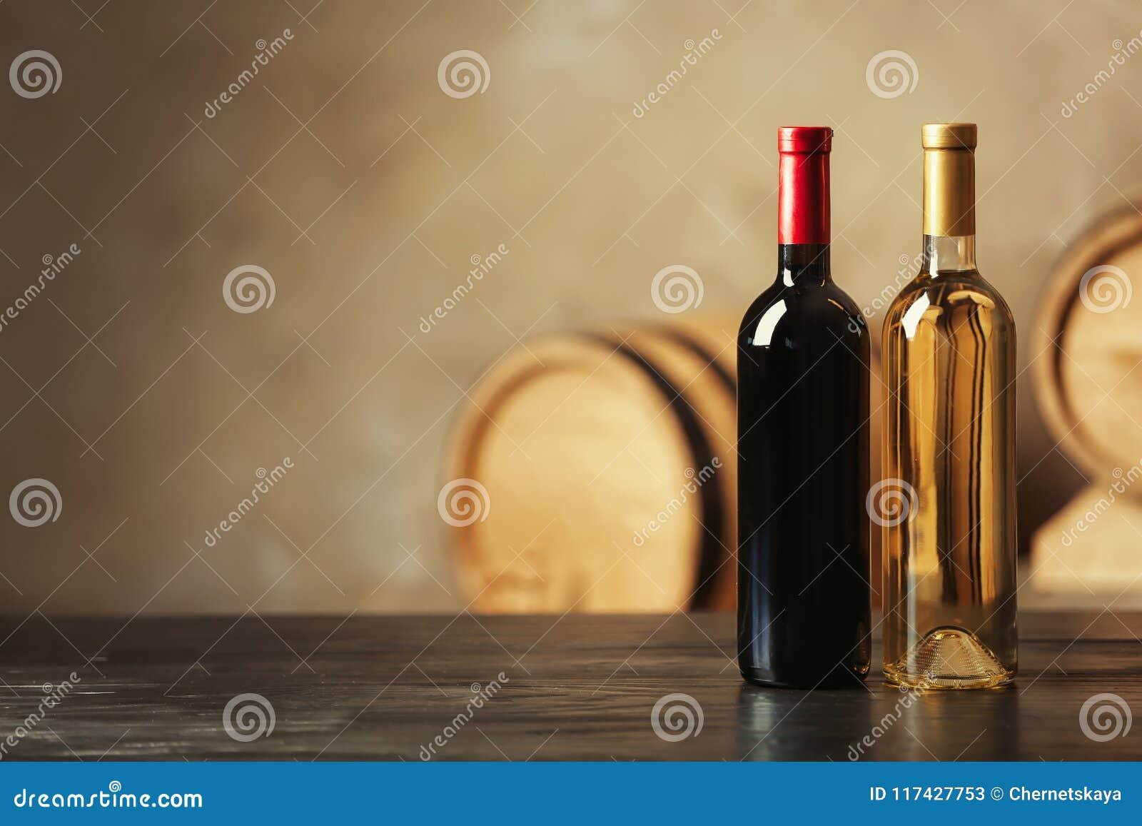 瓶可口酒和被弄脏的桶