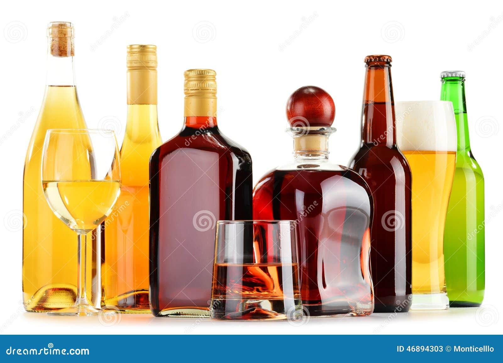 瓶和杯在白色的被分类的酒精饮料