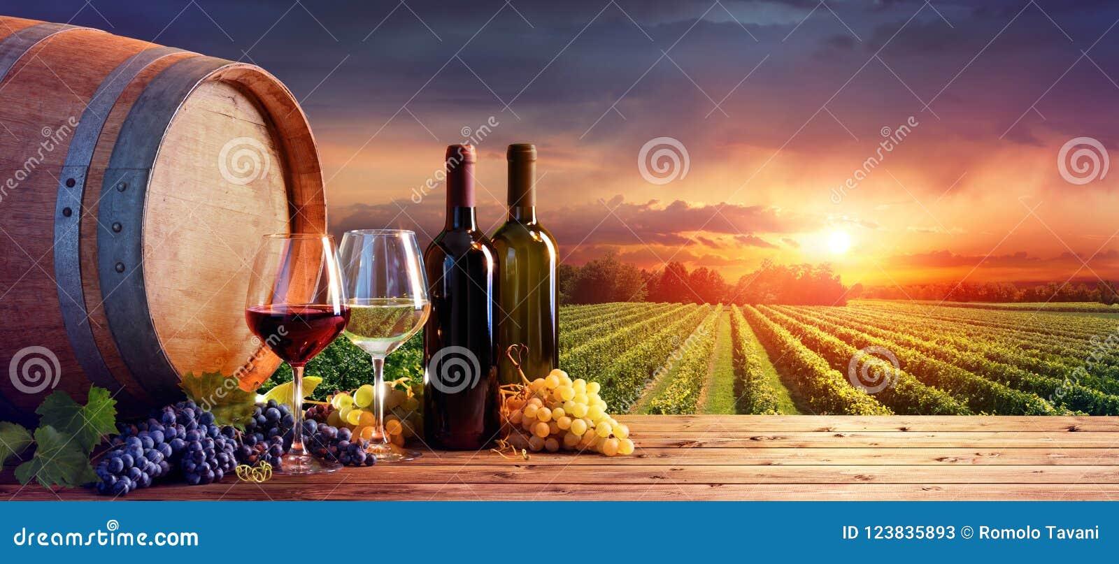 瓶和葡萄酒杯用葡萄和桶