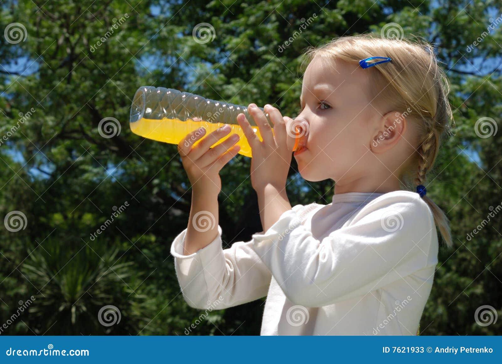 瓶喝女孩水