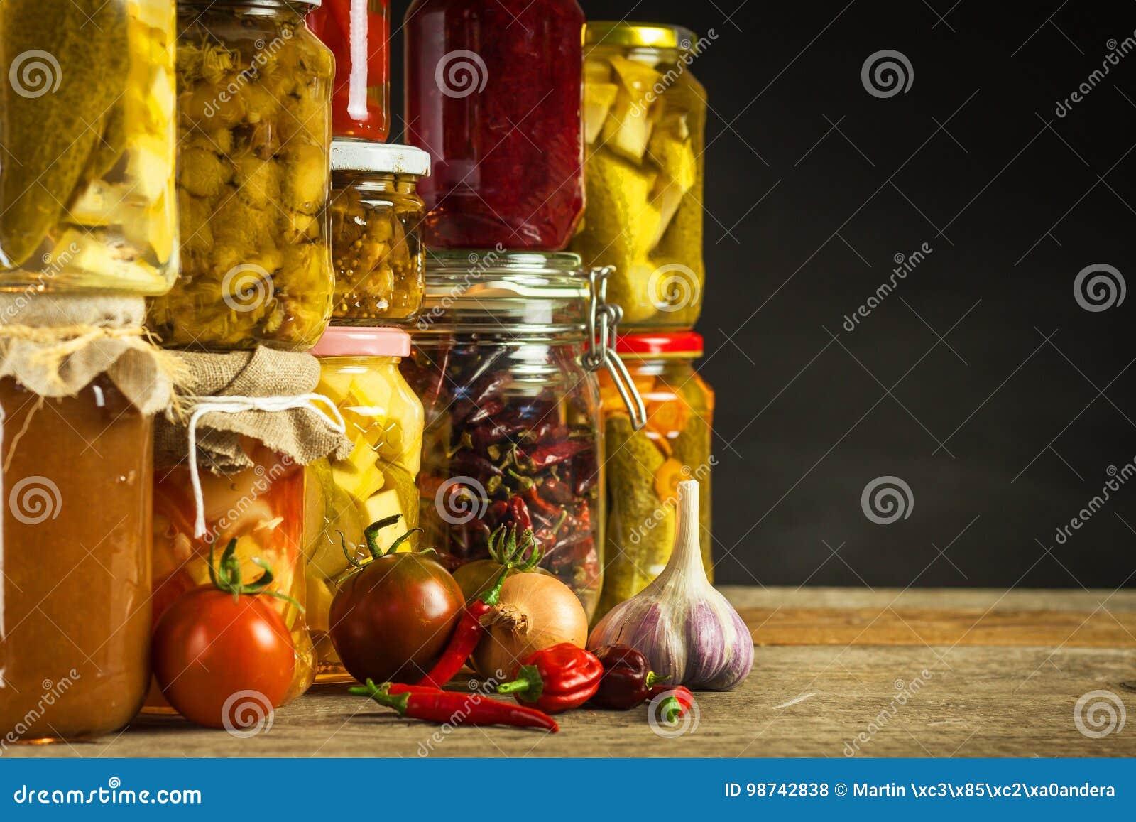 瓶子以泡菜品种  红萝卜,领域大蒜,在glas的荷兰芹 保留的食物 Fermented保存了素食主义者fo
