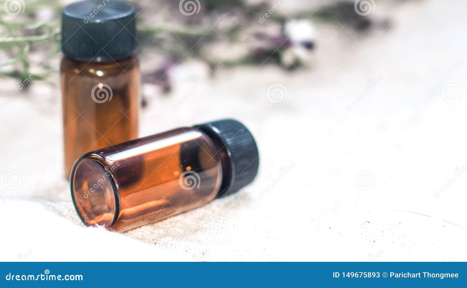 瓶精油 草药或芳香疗法在白色背景隔绝的吸管瓶