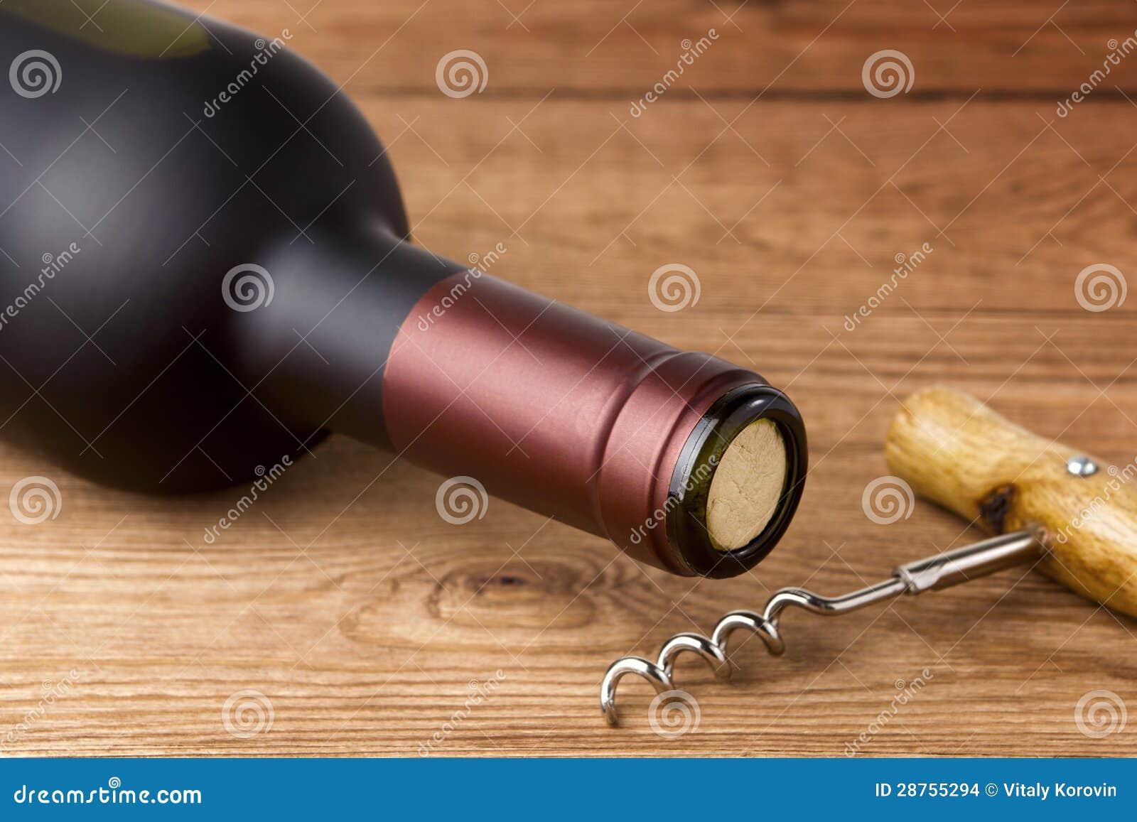 瓶红葡萄酒和拔塞螺旋