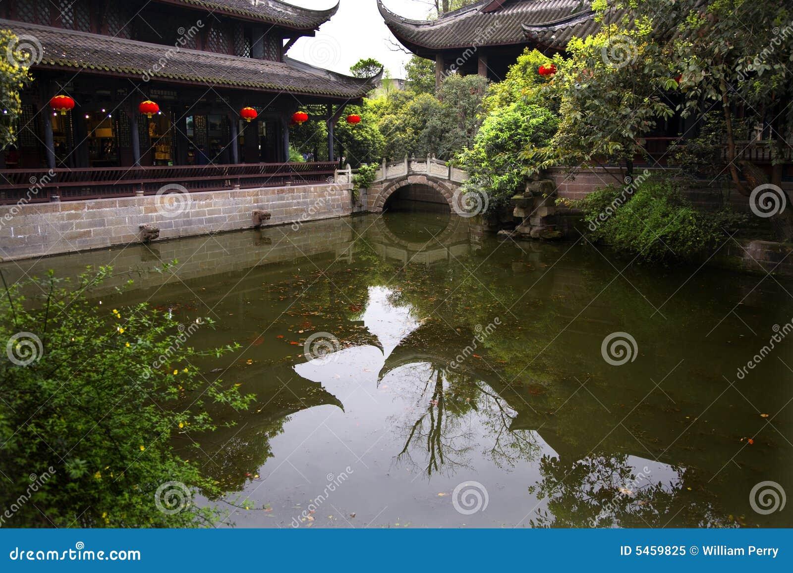 瓷灯笼筑成池塘红色反映四川寺庙