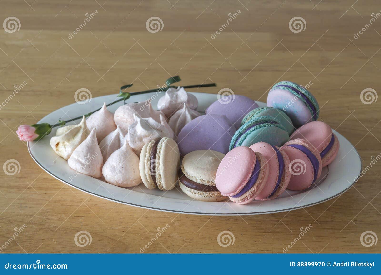 甜和五颜六色的法国蛋白杏仁饼干或macaron在陶瓷白色