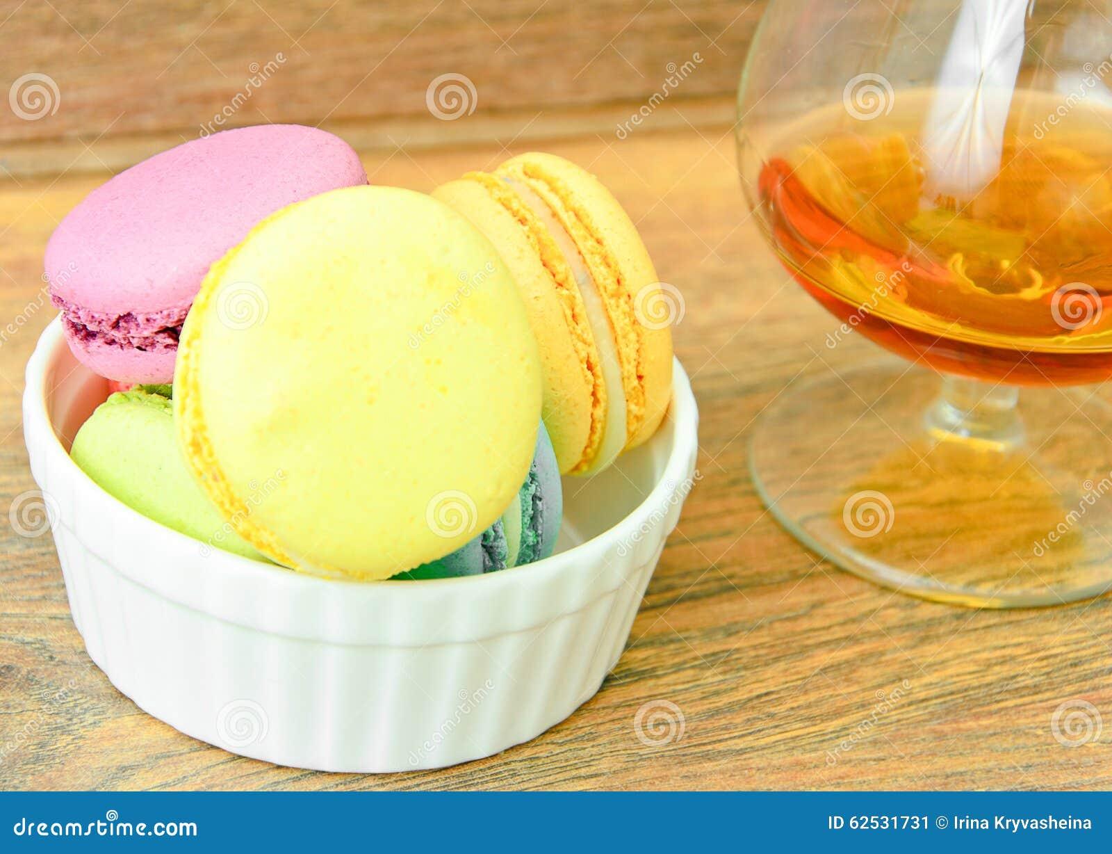 甜和五颜六色的法国蛋白杏仁饼干