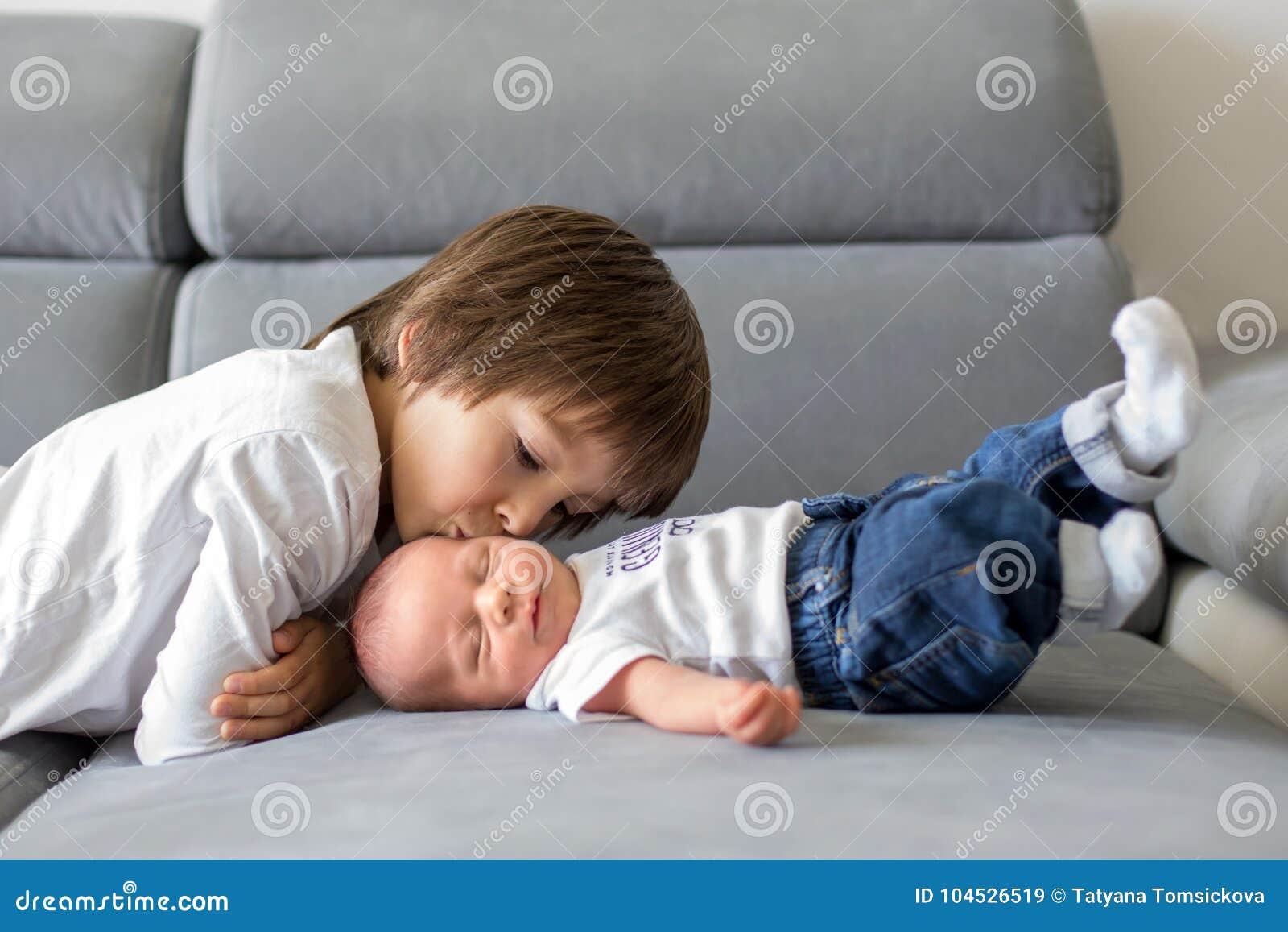 甜学龄前男孩,拥抱与柔软和关心他小