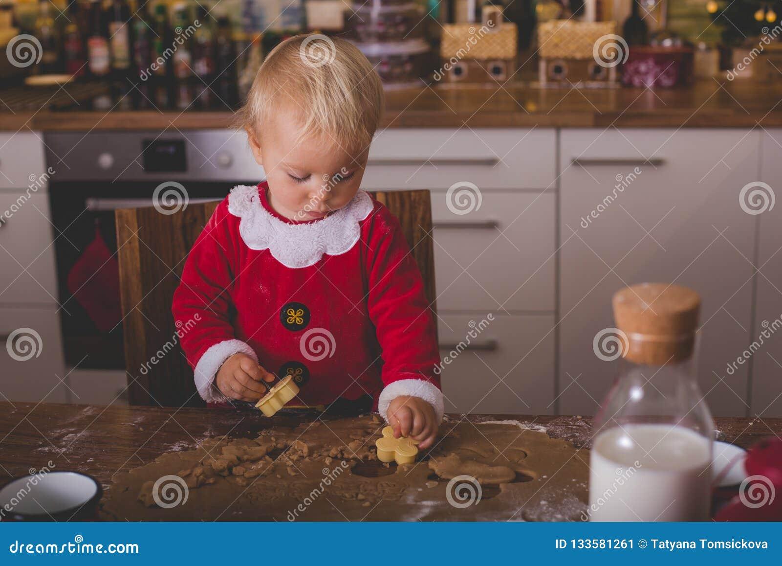 甜小孩孩子,男孩,准备圣诞节厨师的帮助的妈妈