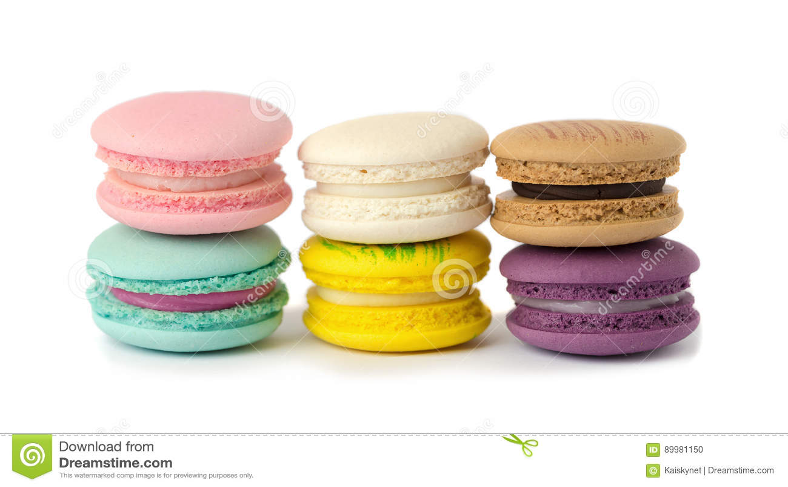 甜纤巧蛋白杏仁饼干品种特写镜头 在白色bac的蛋白杏仁饼干