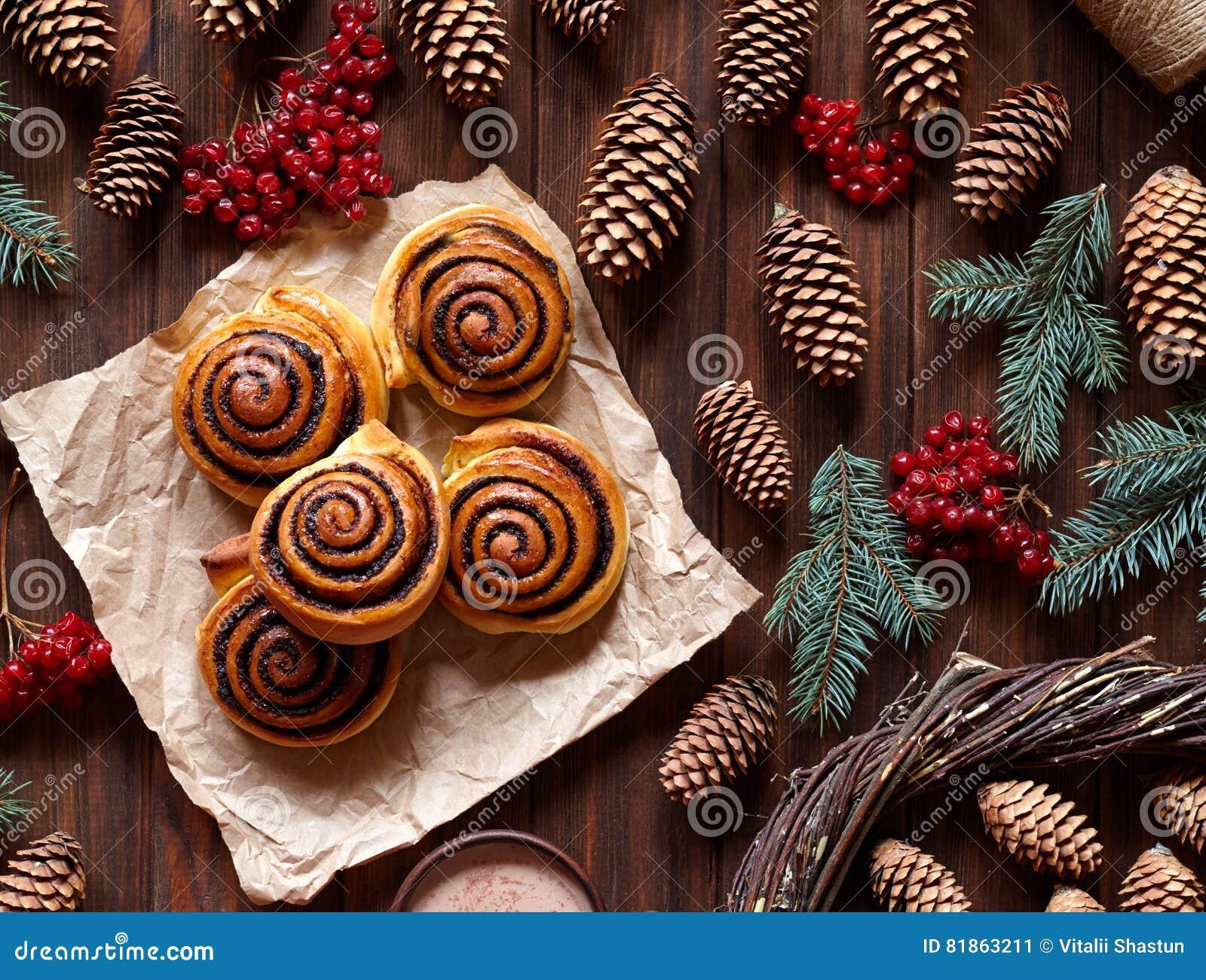 甜自创圣诞节烘烤 与可可粉装填的桂皮卷小圆面包 Kanelbulle瑞典人点心 顶视图
