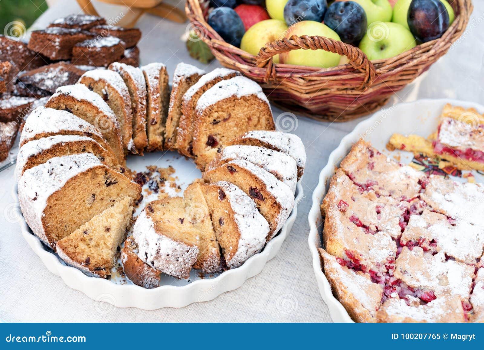 甜蛋糕,饼干,点心,自创草莓饼馅饼 结块,甜点与糖粉末的被烘烤的酥皮点心食物和