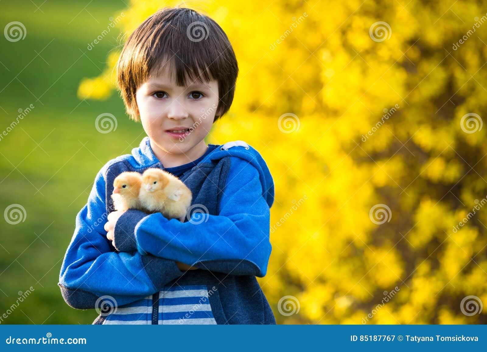 甜逗人喜爱的孩子,学龄前男孩,使用与一点新出生的池氏