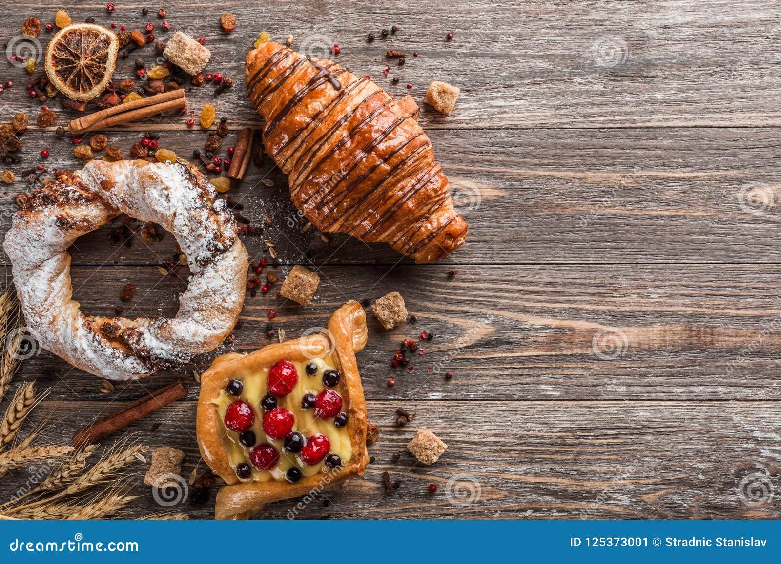 甜面粉产品、粗糖立方体、桂香和干种子