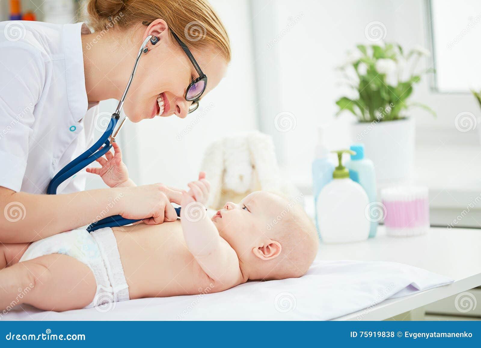 医生儿科医生和小患者