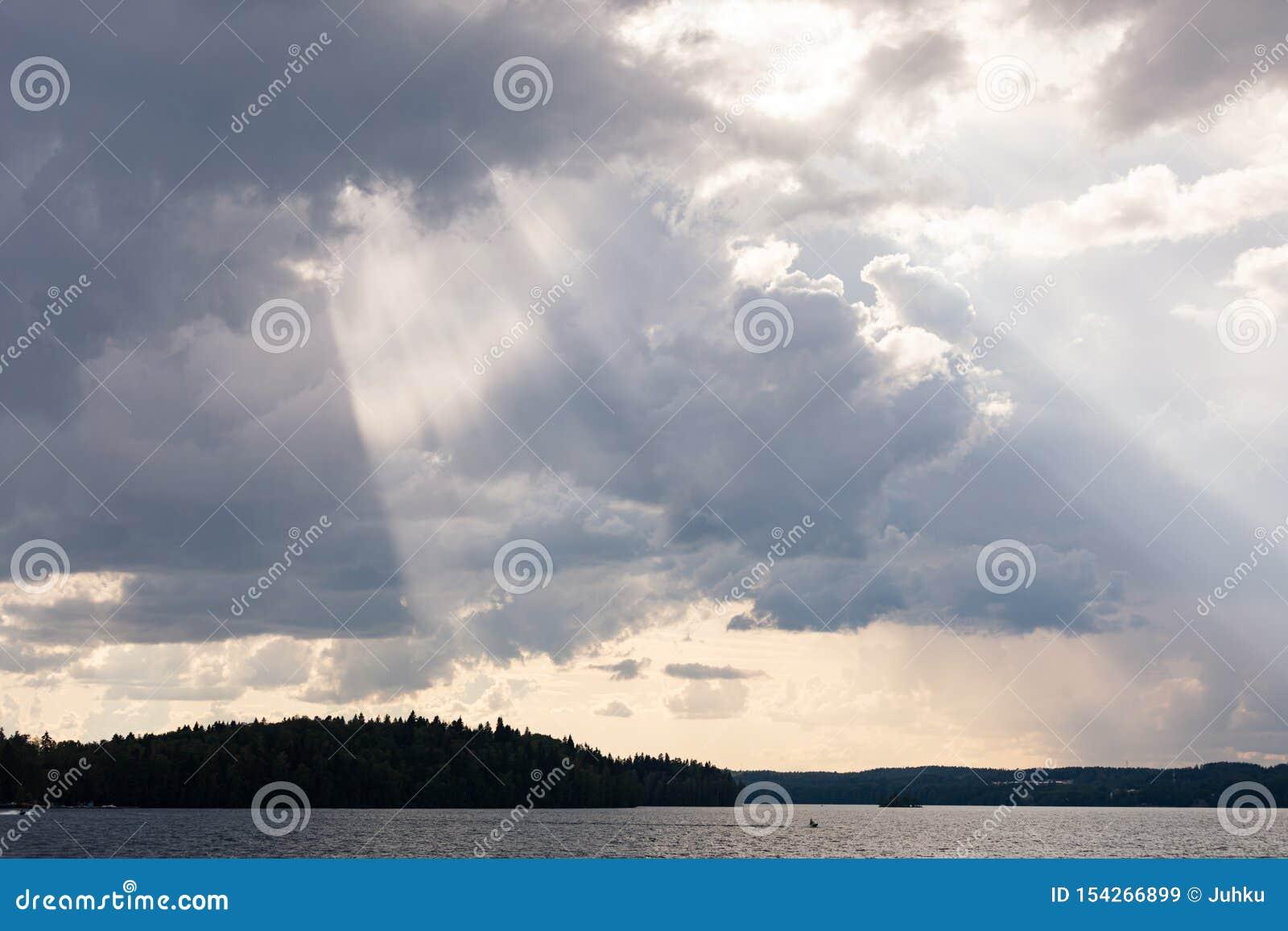 生动的从云彩的光束光线