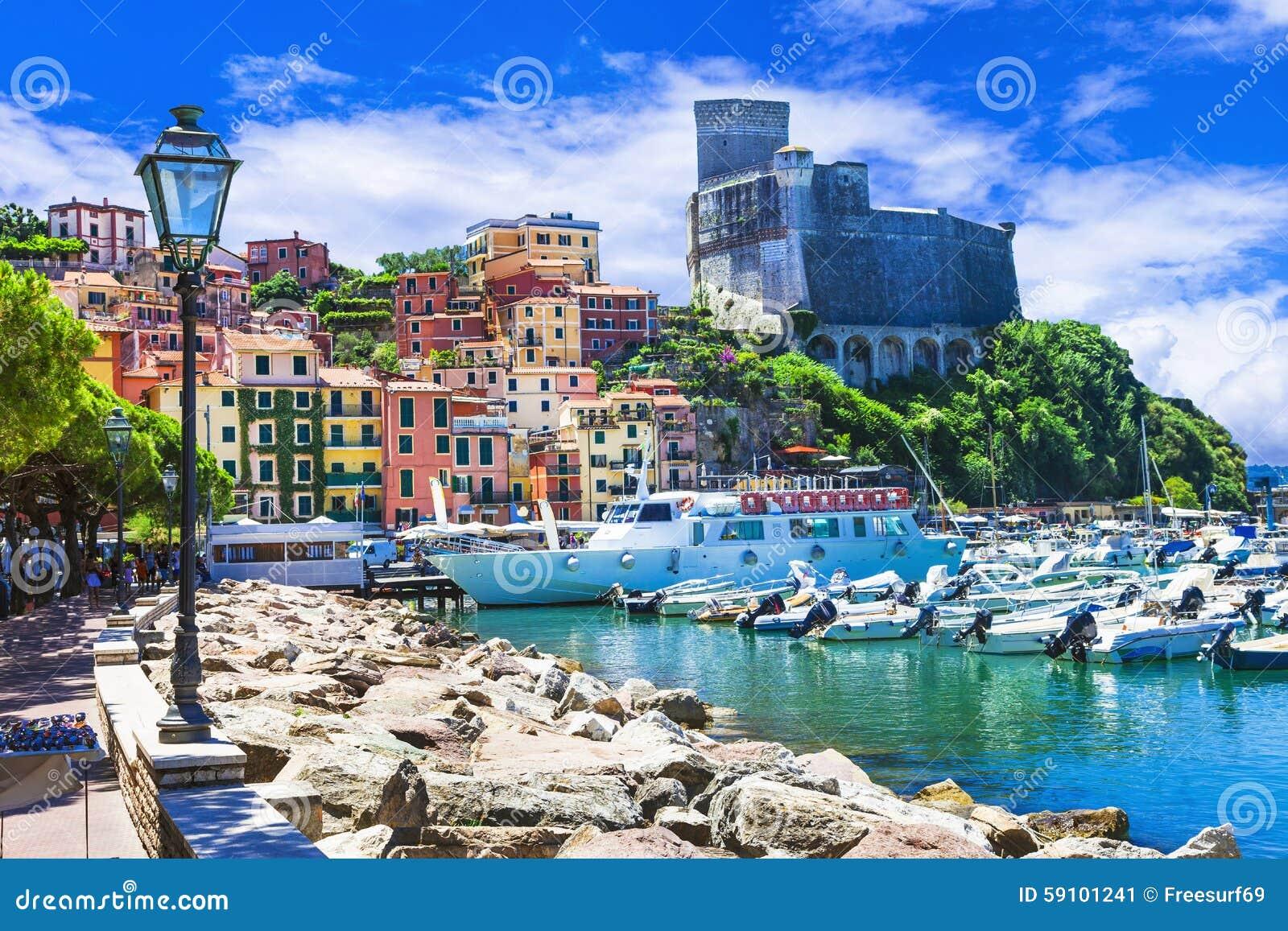 生动的美丽的镇莱里奇在利古里亚,意大利