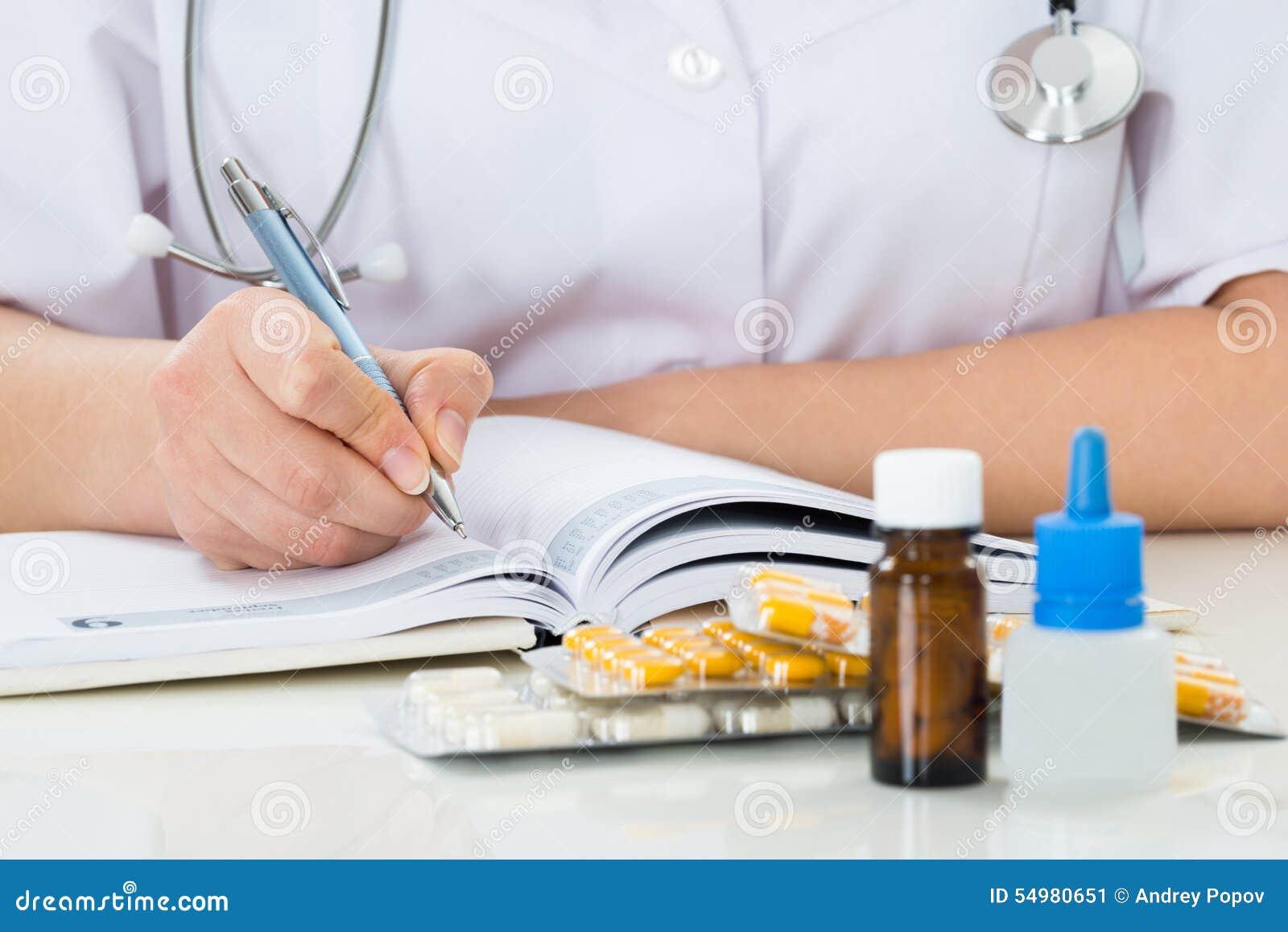 医生在剪贴板的文字处方