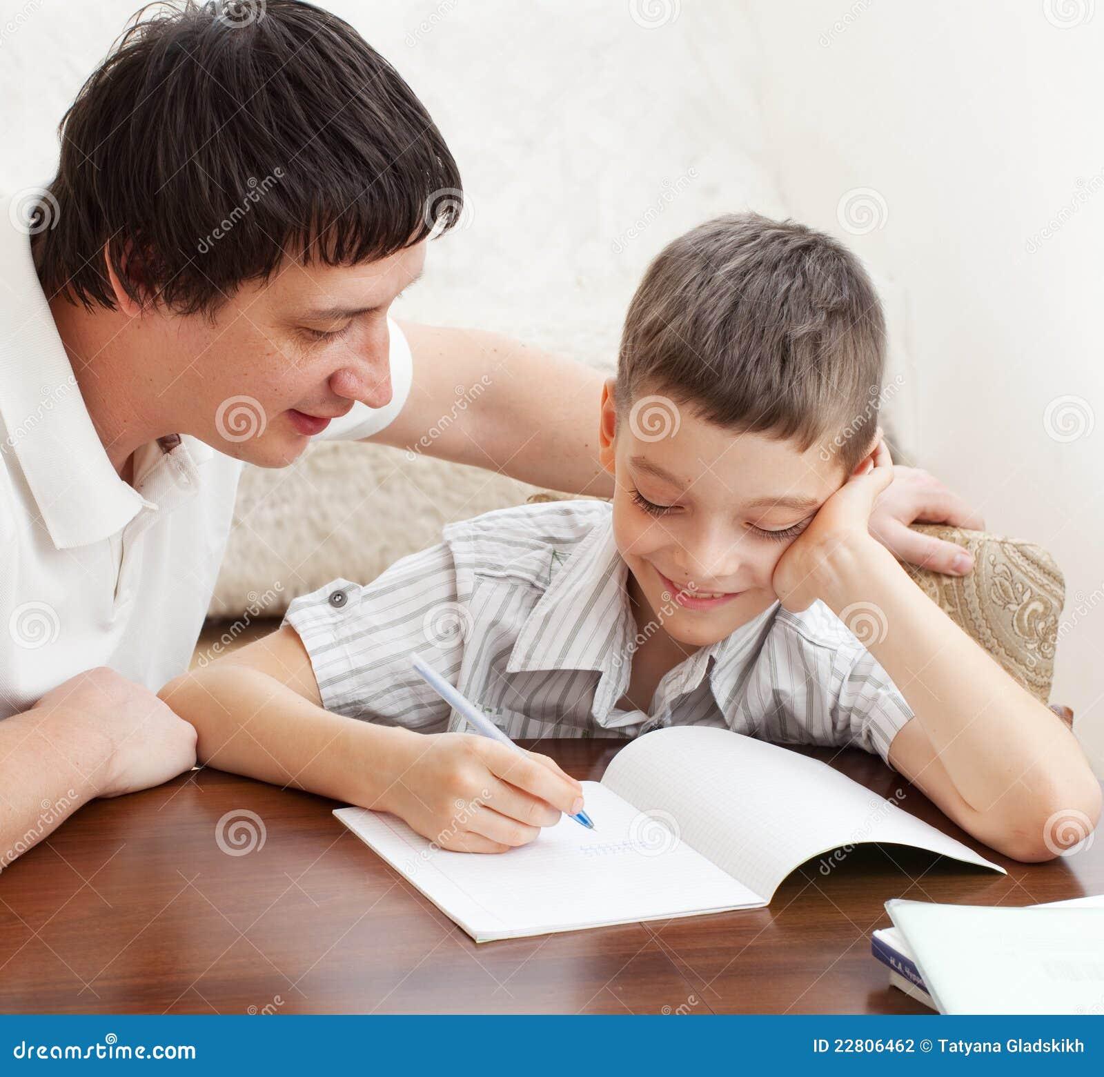 生帮助的家庭作业儿子