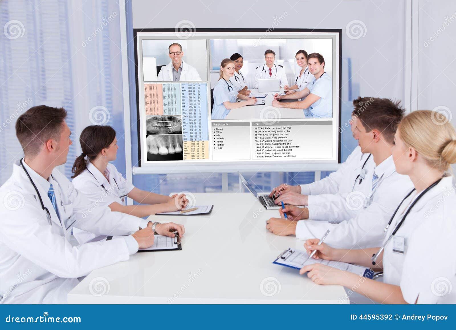 医生开电视电话会议会议在医院
