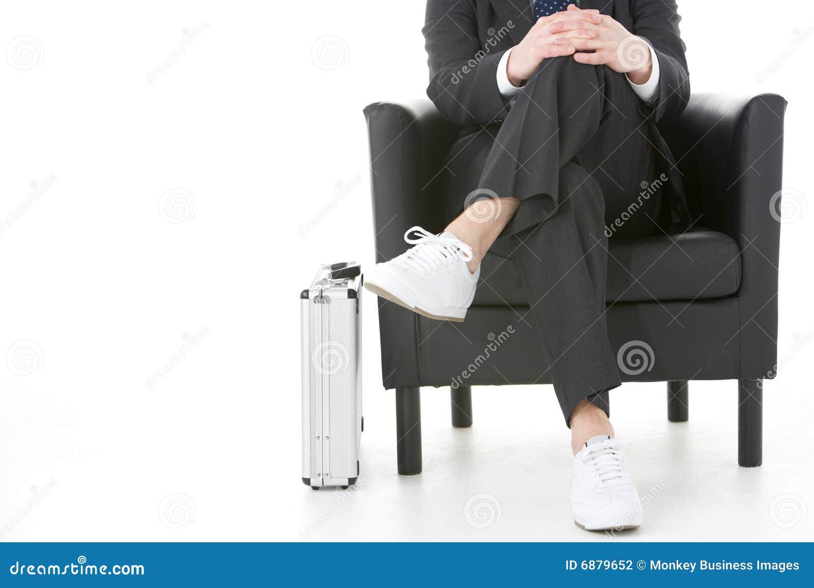 生意人坐的运动鞋佩带