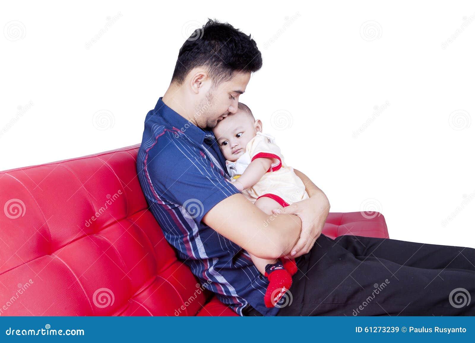 生拿着他的沙发的小儿子