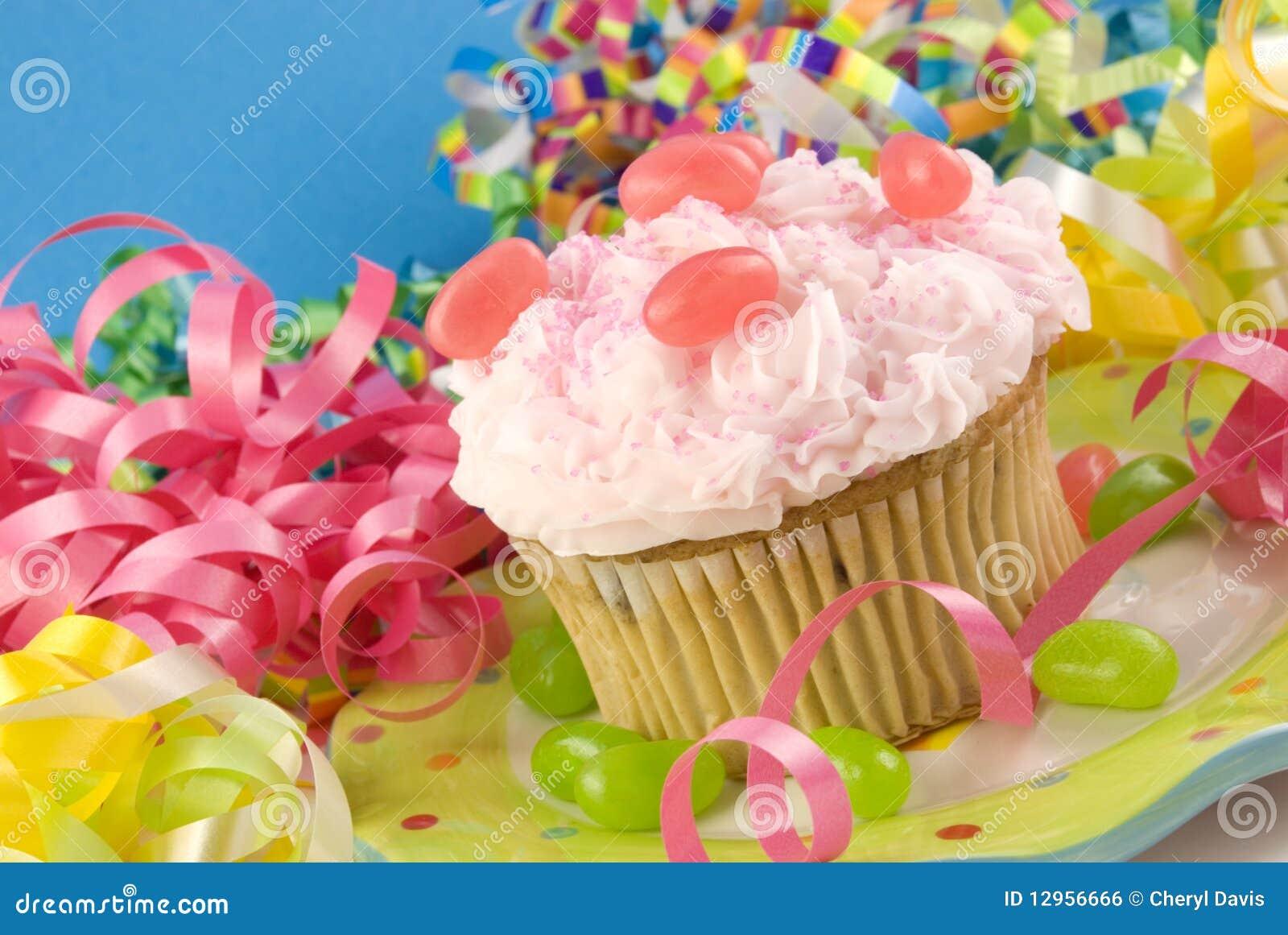 生日五颜六色的杯形蛋糕装饰