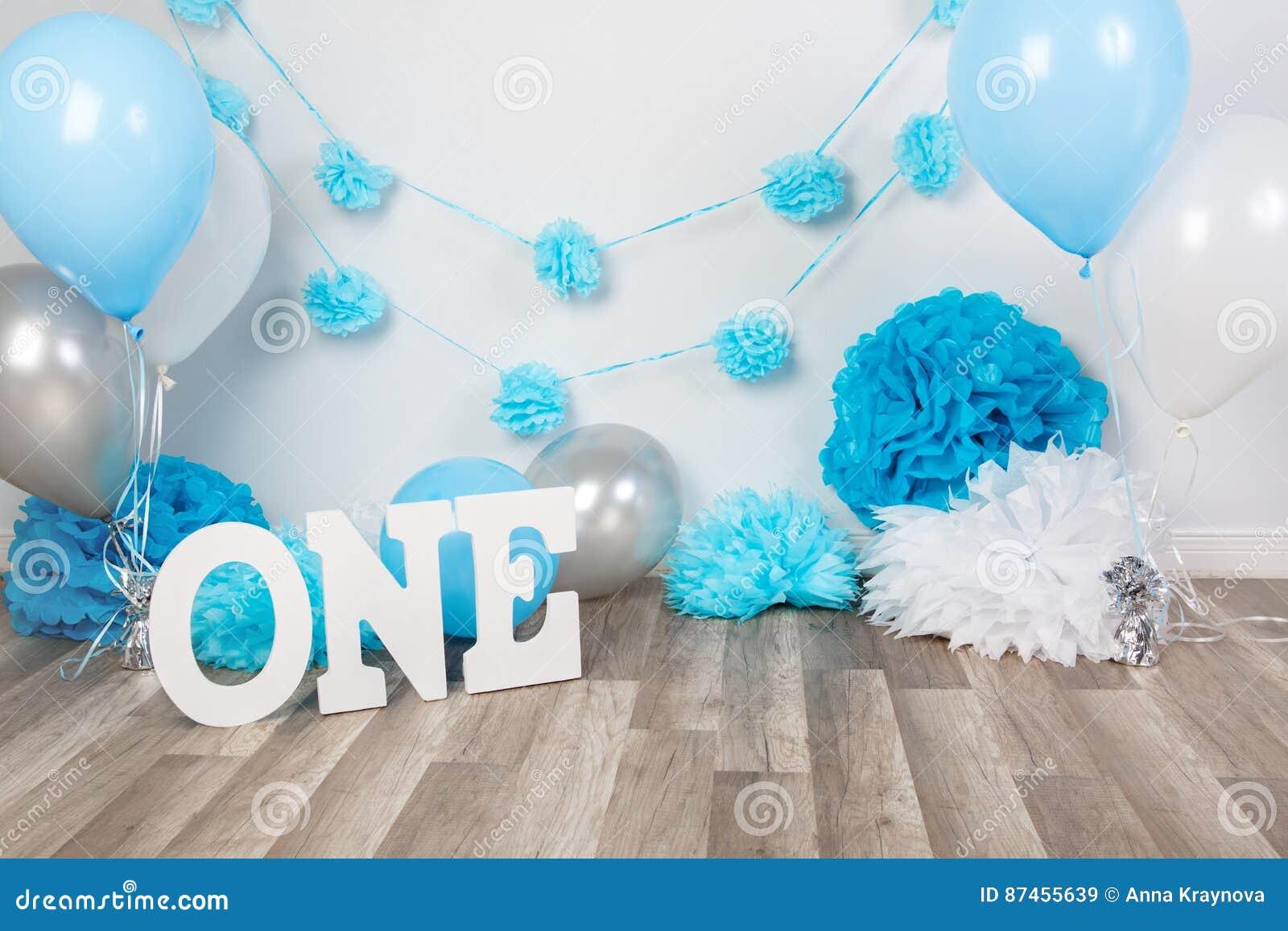 生日庆祝的背景说装饰与食家蛋糕的信件一和蓝色气球在演播室