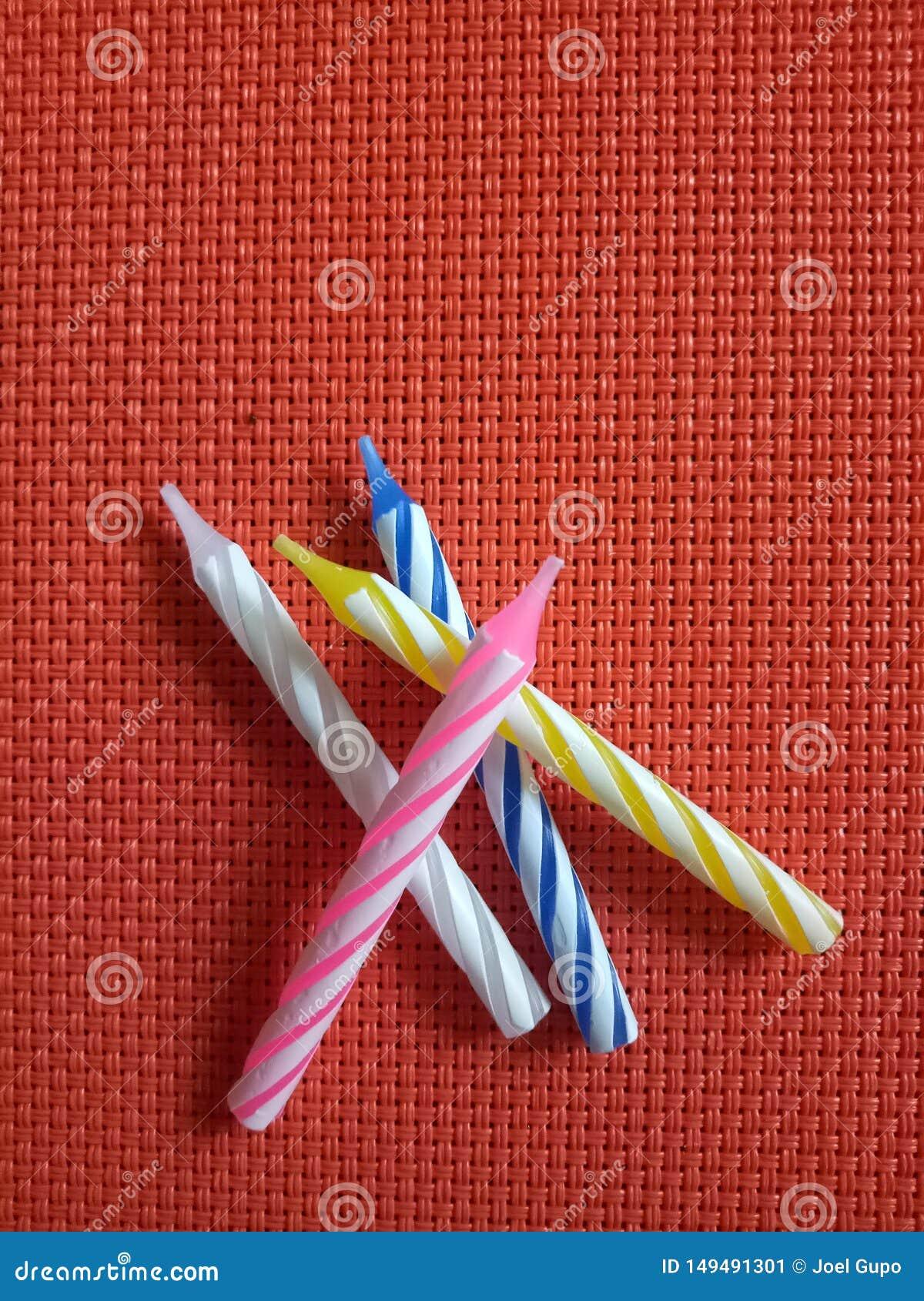 生日烛台五颜六色的条纹