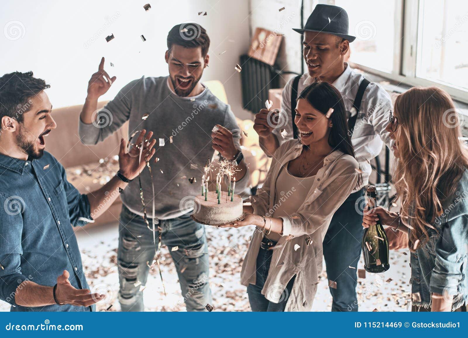生日蛋糕的时刻 愉快的年轻人celebratin顶视图